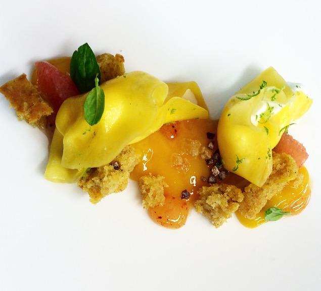 Ravioli de mango con helado de cabra y carrot cake(Rafa Delgado)