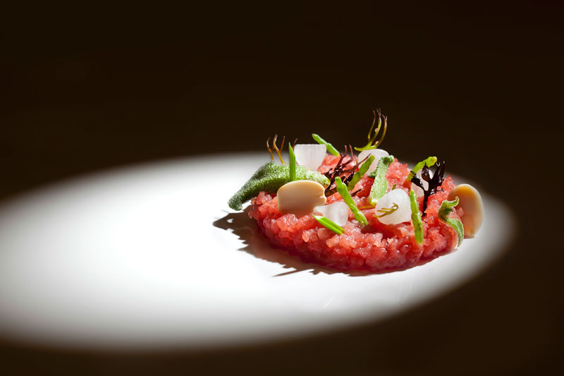 Atún en tartar con verduras de mar por Paco Roncero